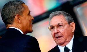 video-barack-obama-le-da-la-mano-a-raul-castro-en-el-funeral-de-nelson-mandela