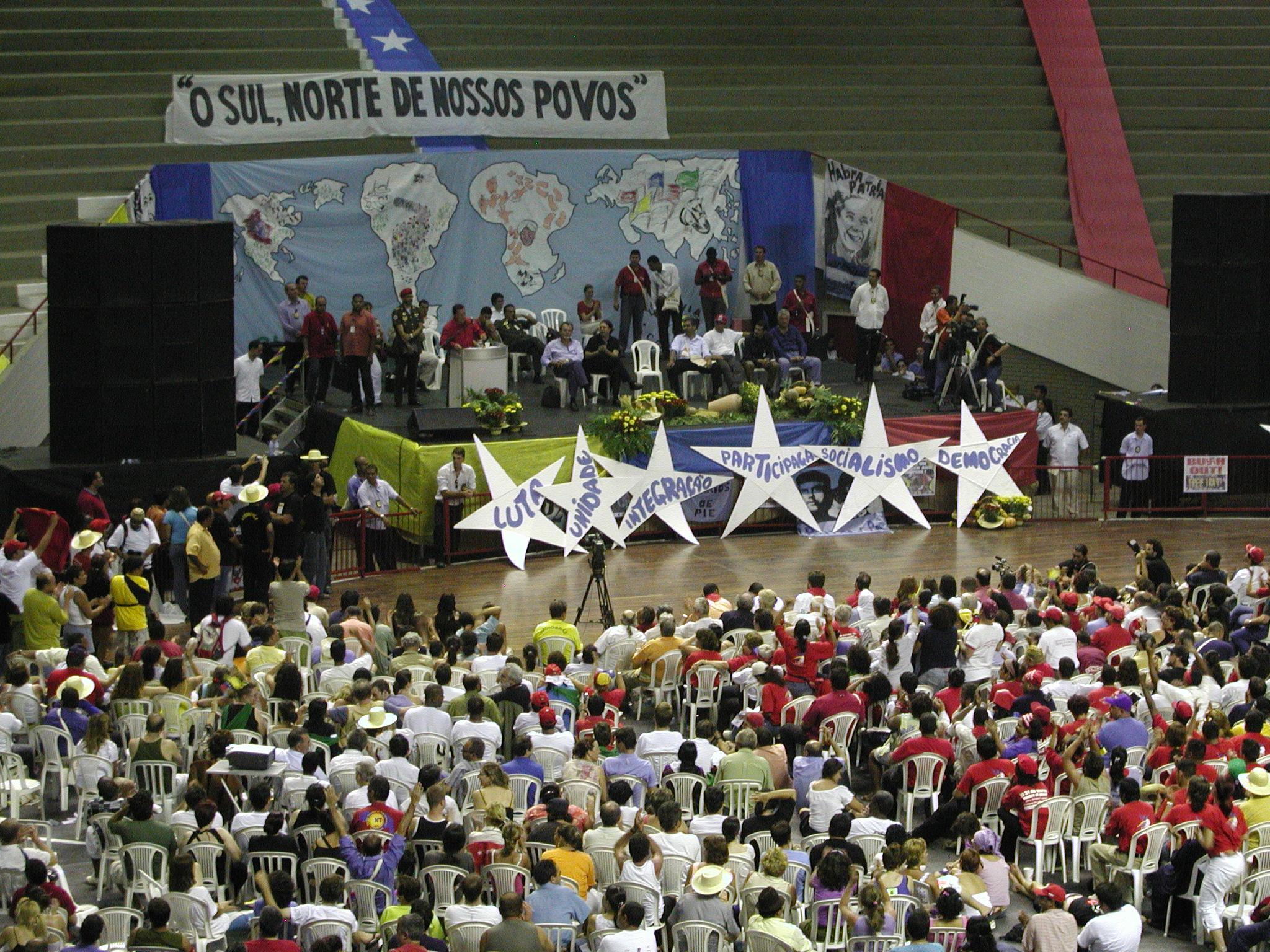 Chávez y la declaración del «socialismo» en el FSM de Porto Alegre, 2005 |  Question Digital
