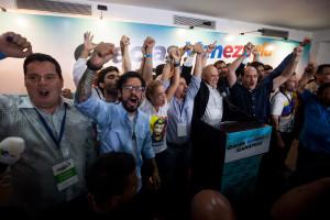 CAR01. CARACAS (VENEZUELA), 07/12/2015.- Miembros de la coalición opositora Mesa de Unidad Democrática (MUD) celebran la victoria hoy, lunes 7 de diciembre de 2015, en la ciudad de Caracas (Venezuela). La presidenta del Consejo Nacional Electoral (CNE) de Venezuela, Tibisay Lucena, anunció hoy que la alianza opositora MUD ganó las elecciones legislativas con un total de 99 diputados frente a 46 del chavismo. EFE/MIGUEL GUTIERREZ