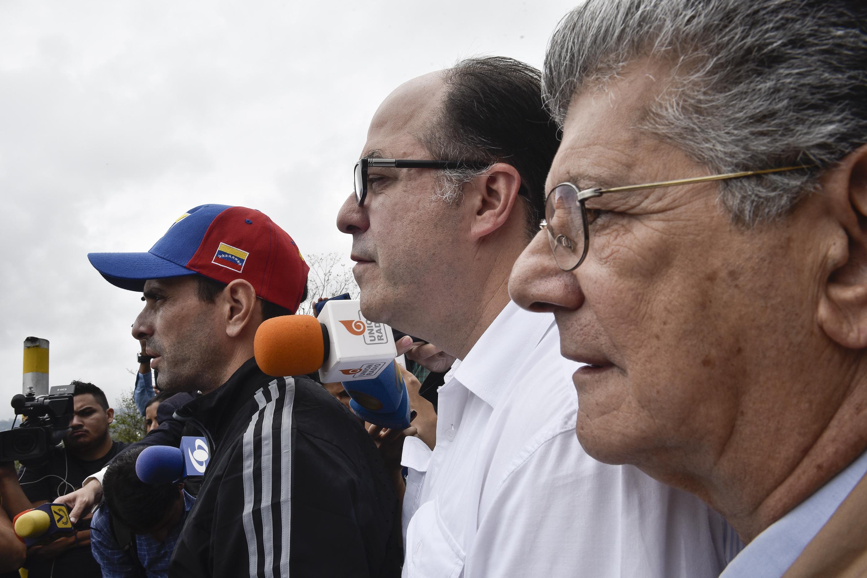 (160429) -- CARACAS, abril 29, 2016 (Xinhua) -- El presidente de la Asamblea Nacional (AN) de Venezuela, Henry Ramos Allup (d), el gobernador del Estado Miranda, Henrique Capriles (i) y el diputado Julio Borges (c), reaccionan en el exterior de la cárcel militar de Ramo Verde, ubicada en la ciudad de Los Teques, en el estado Miranda, Venezuela, el 29 de abril de 2016. De acuerdo con información de la prensa local, un grupo de diputados de la oposición de Venezuela acudieron el viernes a la cárcel militar de Ramo Verde para visitar al líder opositor venezolano Leopoldo López con motivo de su cumpleaños 45, así como para recolectar su firma para la activación del referendo revocatorio en contra del presidente venezolano, Nicolás Maduro. (Xinhua/Str) (jp) (rtg)