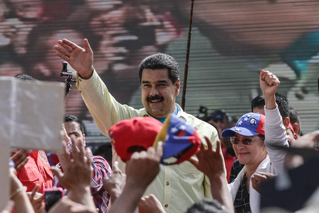"""(160601) -- CARACAS, junio 1, 2016 (Xinhua) -- El presidente venezolano, Nicolás Maduro (c), reacciona durante un acto con jóvenes, en Caracas, Venezuela, el 1 de junio de 2016. El presidente venezolano Nicolás Maduro instó el miércoles a la juventud y a los movimientos progresistas de todo el país a mantenerse en campaña permanente contra la intención del """"imperio (Estados Unidos de América) de intervenir"""" en el país caribeño. (Xinhua/Boris Vergara) (bv) (da) (fnc)"""