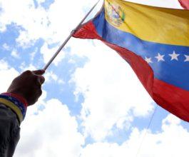 """(160901) -- CARACAS, septiembre 1, 2016 (Xinhua) -- Una persona sostiene una bandera nacional venezolana durante una manifestación denominada """"Pueblo Patriota se moviliza en Defensa de la Paz y la Estabilidad de la Democracia Revolucionaria"""", en Caracas, Venezuela, el 1 de septiembre de 2016. Opositores al gobierno venezolano, así como seguidores del presidente Nicolás Maduro y el sector oficialista, llevan a cabo el jueves sendas movilizaciones en la ciudad de Caracas (capital). (Xinhua/Gregorio Terán/AVN) (av) (da) (fnc)"""