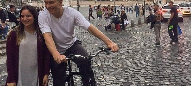 ar-macri-en-roma-bicicleta